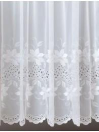 Diese eindrucksvolle Plauener Stickerei-Gardine in klassischem Weiß wurde mit sehr aufwändiger Bohrarbeit verschönert.