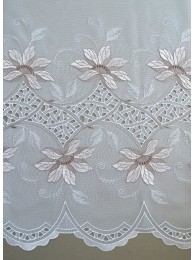 Diese eindrucksvolle Plauener Stickerei-Gardine in weiß-taupe wurde mit sehr aufwändiger Bohrarbeit verschönert.