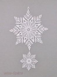 weißer Schneekristall mit kleinem Schneestern aus Plauener Spitze