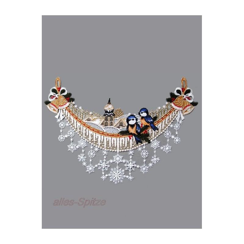 Dieser zarter Spitzenbogen ist mit Vögelchen, Kirche, Glöckchen und Schneesternen dekoriert.