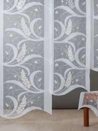 Exquisite Flächengardine mit aufwändigen Stoff-Applikationen aus besticktem Organza und weißem Voile.