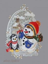 Winterfensterbild mit Schneemann und Pinguin vor einer verscheiten Landschaft