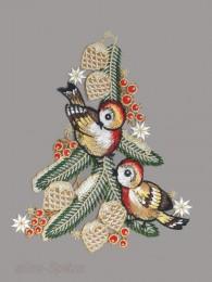 Dieses kleinere Fensterbild zeigt zwei niedlich Vögelchen mit Zweigen und Zapfen