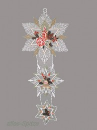 Diese drei zarte Spitzensterne wurden festlich dekoriert mit Kerze, Zweigen und Glöckchen