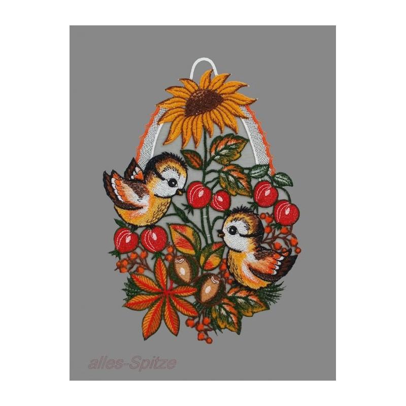 Zwei kleine Vögelchen im Herbstlaub mit Hagebutten und Sonnenblume aus Plauener Spitze