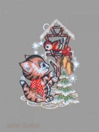 Süßes Kätzchen mit Schal am Vogelhaus aus echter Spitze