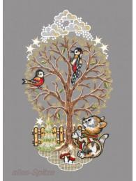 Unter diesem Winterbaum in festlichem Gold sitzt ein kleines Kätzchen
