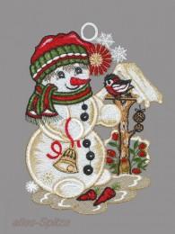 Kleiner Schneemann mit Schal und Mütze am Vogelhaus