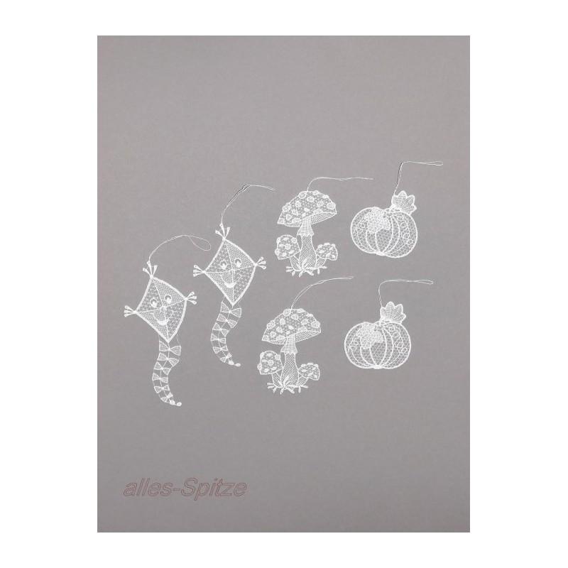 Herbstliche kleine Anhänger Drachen, Kürbis und Fliegenpilz aus zarter Plauener Spitze