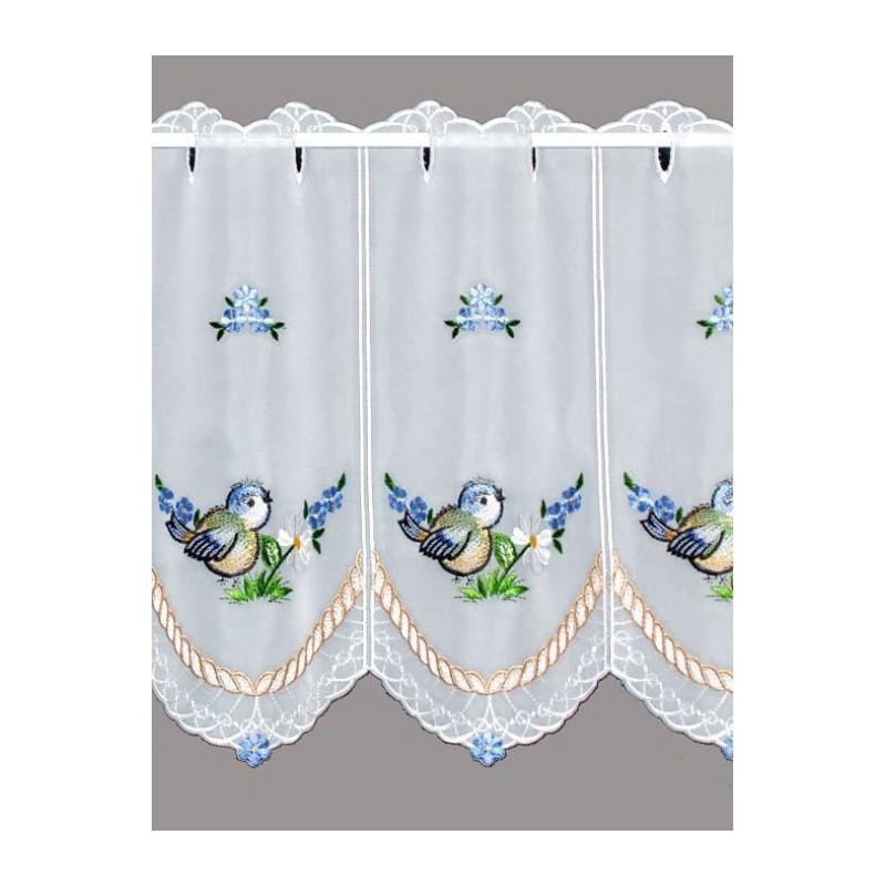 Diese niedliche Plauener Stickerei-Scheibengardine wurde mit kleine Vögelchen und Blüten in blau bestickt.