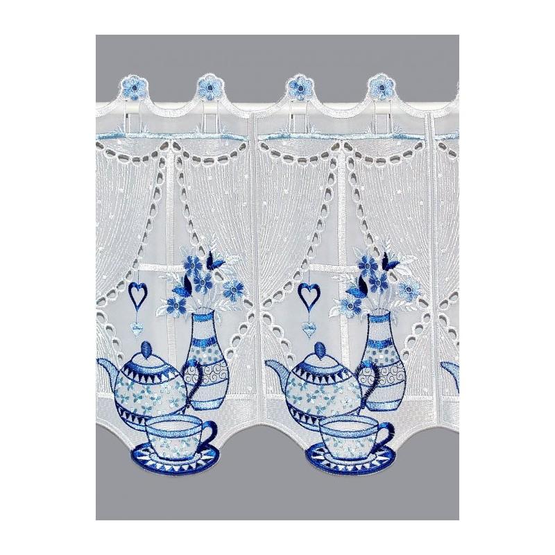 Klassisch in blau und weiß bestickte Küchengardine aus halbtransparentem Voile, durchbrochen mit aufwändiger Bohrarbeit.