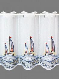 Maritime Plauener Stickerei-Kurzgardine mit Segelboten in blau, gelb und rot bestickt.