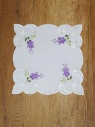 Mit zarten Fuchsien-Blüten bestickte Tischdekoration in quadratischer Form