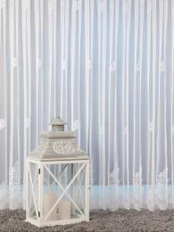 Modern und hochwertig in weiß bestickte Plauener Spitzen-Gardine.