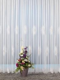 Modern mit großen Federnelken in weiß und hell-lachs bestickter Langstore.