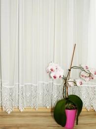 Elegante naturweiße Plauener Spitzen-Gardine mit breiter Sockelspitzenkante.
