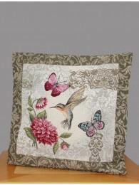 Diese wunderschöne Gobelin-Kissenhülle zeigt einen kleinen Kolibri mit Schmetterlingen