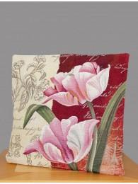 Diese Gobelin-Kissenhülle zeigt rosa Tulpenblüten auf beigeferbenem und weinrotem Untergrund