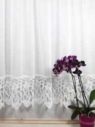 Zeitlose Gardine aus halbtransparentem Sablé mit breiter Blumen-Spitzenkante.