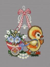 Süßes kleines Küken mit Eierwagen aus Plauener Spitze für die Oster-Fensterdekoration.