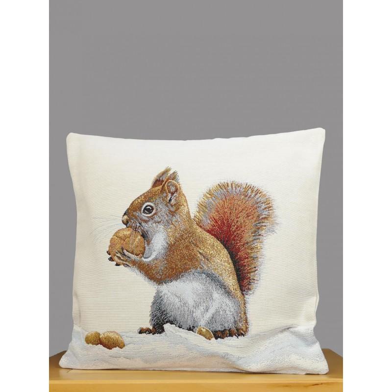 Ein kleines Eichhörnchen mit Haselnuss schmücken diese hellbeige Gobelin-Kissenhülle.