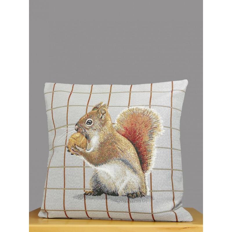 Ein kleines Eichhörnchen mit Haselnuss schmücken diese hellgrau karierte Gobelin-Kissenhülle.